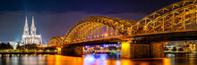 Fotomurales - Panorama of the Hohenzollern Bridge over the Rhine River and Cologne Cathedral by night