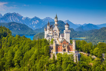 Fotomurales - Famous Neuschwanstein Castle with scenic mountain landscape near Füssen, Bavaria, Germany