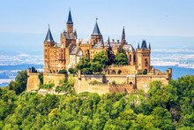 Fotomurales - Hohenzollern Castle close-up, Germany. This fairytale castle is famous landmark near Stuttgart. Scenic view of mount Burg Hohenzollern in forest. Scen