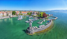 Fotomurales - Harbor on Lake Constance with statue of lion at the entrance in Lindau, Bavaria, Germany